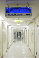 Wegweiser Andachtsraum im Krankenhaus