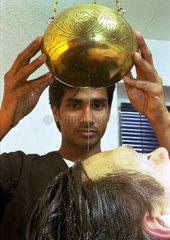 Chaminda Kulatunga beim Ayurveda Kopfguss