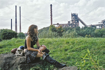 Cheerleader Girl vor Industrielandschaft