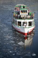 Ausflugsboot vereiste Spree