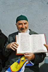 glaeubiger Muslim mit Koran