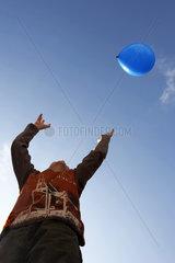 Blauer Ballon im blauen Himmel