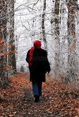 Frau im Winterwald