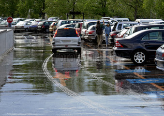 Autos auf nassem Fahrbahnbelag