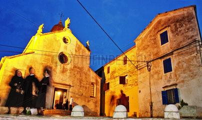 abendlicher Kirchgang in Kroatien