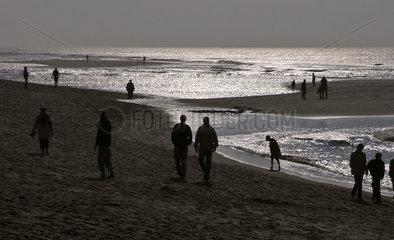 Spaziergaenger am Strand von Sylt