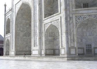 Besucherin vor dem riesigen Taj Mahal  Indien