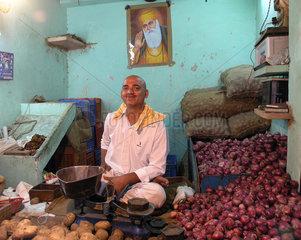 Gemuesehaendler auf dem Markt in Dehli  Indien