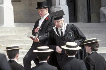 Abschlussschueler schreiten zur offiziellen Zeremonie  England