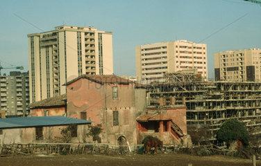 Ruine vor Hochhaeusern