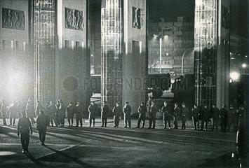 Grenztruppen der DDR sichern Brandenburger Tor  11.11.1989