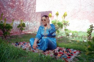 Hajouba Malerin im Garten ihres Hauses
