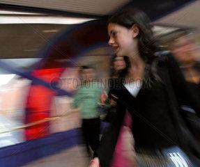 Jugendliche beim Shoppen in Exeter  Devon  England