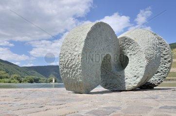 Skulptur Poseidon aus Anroechter Dolomit des Kuenstlers Jo Kley an der Muendung der Nahe in den Rhein  dahinter der Maeuseturm  UNESCO-Weltkulturerbe Oberes Mittelrheintal  Bingen  Rheinland-Pfalz  Deutschland  Europa
