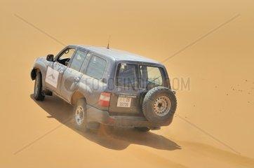 Gelaendefahrzeug in den Sandduenen  Erg Chebbi  Marokko  Afrika