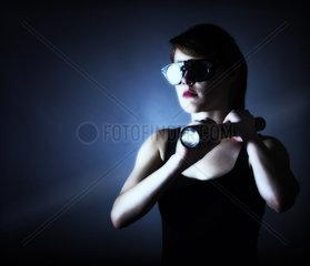 Frau mit Taschenlampe