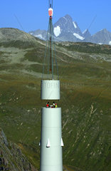 Turm der Windkraftanlage Griessee im Bau vor dem Finsteraarhorn  Goms  Wallis  Schweiz
