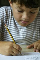 Kleiner Junge bei den Hausaufgaben