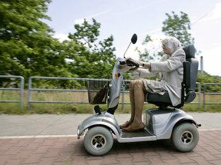 Oma mit Motorrad