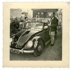 stolze Autobesitzer mit neuem VW Kaefer Cabrio  1950