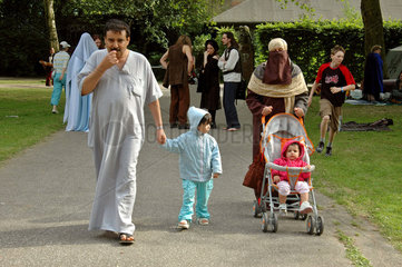 auslaendische Familie beim Spaziergang