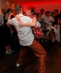 Lindy Hop: Der Tanz der Swingmusik