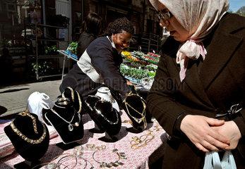 Verkauf von Modeschmuck auf einem Strassenmarkt