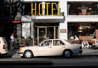 Taxi wartet vor Hotel auf Fahrgaeste