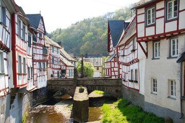 Monreal in der Eifel mit Bruecke und Loewendenkmal