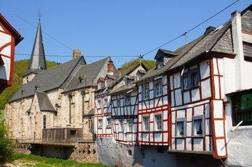 Kirche und Fachwerkhaeuser in Monreal in der Eifel