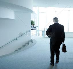 Joschka Fischer auf dem Weg zur Kabinettsitzung