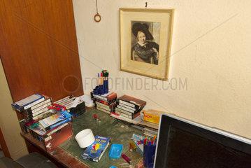 Schreibtisch in verwahrloster Wohnung