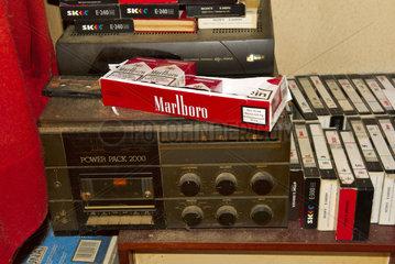 Stereoanlage und Zigaretten in verwahrloster Wohnung
