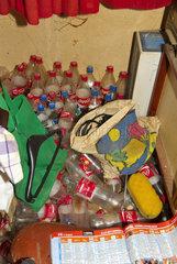 Getraenkeflaschen in verwahrloster Wohnung