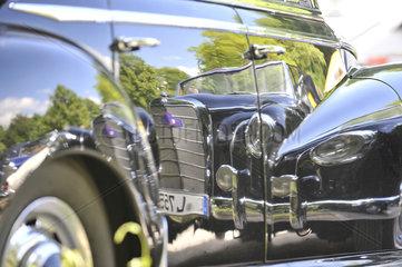 Mercedes-Oldtimer 50 Jahre spiegelt sich im Lack