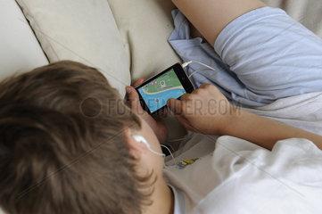 Junge spielt mit iPod touch