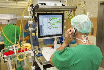 OP-Pfleger an Monitor telefoniert