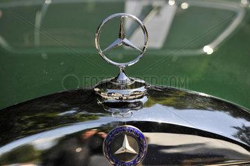 Mercedes-Stern auf 60er Jahre Mercedes