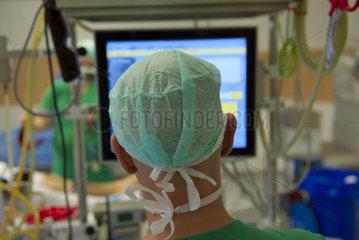 OP-Pfleger an Monitor im OP