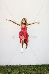 Weiblicher Teenager macht einen Luftsprung