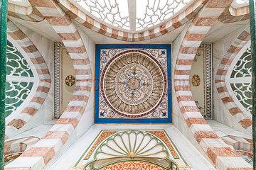 Osmanisches ornamentales Design an einer Decke zum Eingang eines Mausoleums in der Naehe der Hagia Sofia