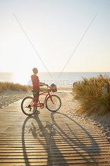 Strandweg im Sonnenuntergang