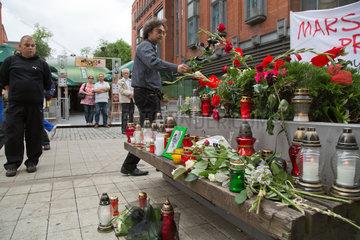 Posen  Polen  ein Mann legt eine Rose am Tatort eines Mordes in der Fussgaengerzone ab