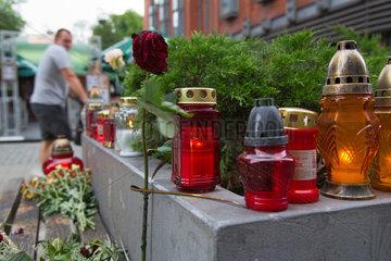 Posen  Polen  Trauerkerzen und Rose am Tatort eines Mordes in der Fussgaengerzone Polwiejska