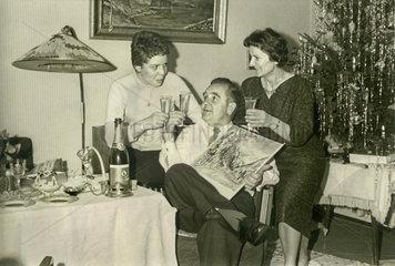 Familie feiert Weihnachten  1957