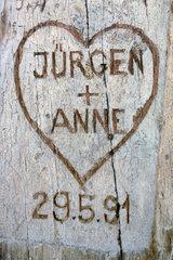 Liebesherz mit Initialen  in Parkbank geritzt  1991