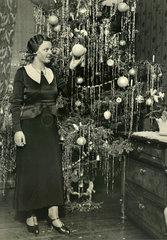 Junge Frau  Christbaum  Weihnachten  um 1932
