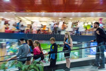 Prag  Tschechien  Jugendliche auf Rolltreppe im Prag Hauptbahnhof