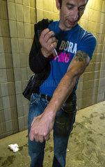 Prag  Tschechien  junger Roma setzt sich einen Schuss mit Crystal Meth