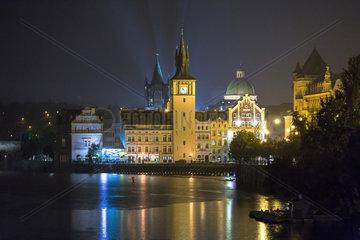 Prag  Tschechien  Blick ueber die Moldau auf die Altstadt bei Nacht